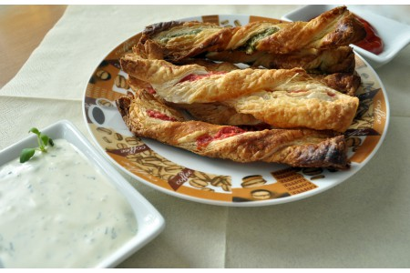 Serowe świderki z francuskiego ciasta
