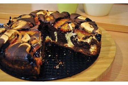 Czarno-białe ciasto śliwkowe